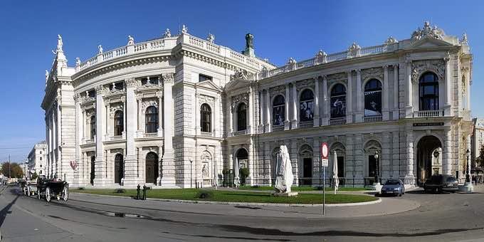 Drohnen am Burgtheater in Wien